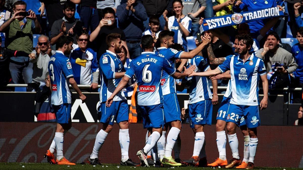 Los jugadores del Espanyol celebran el triunfo.