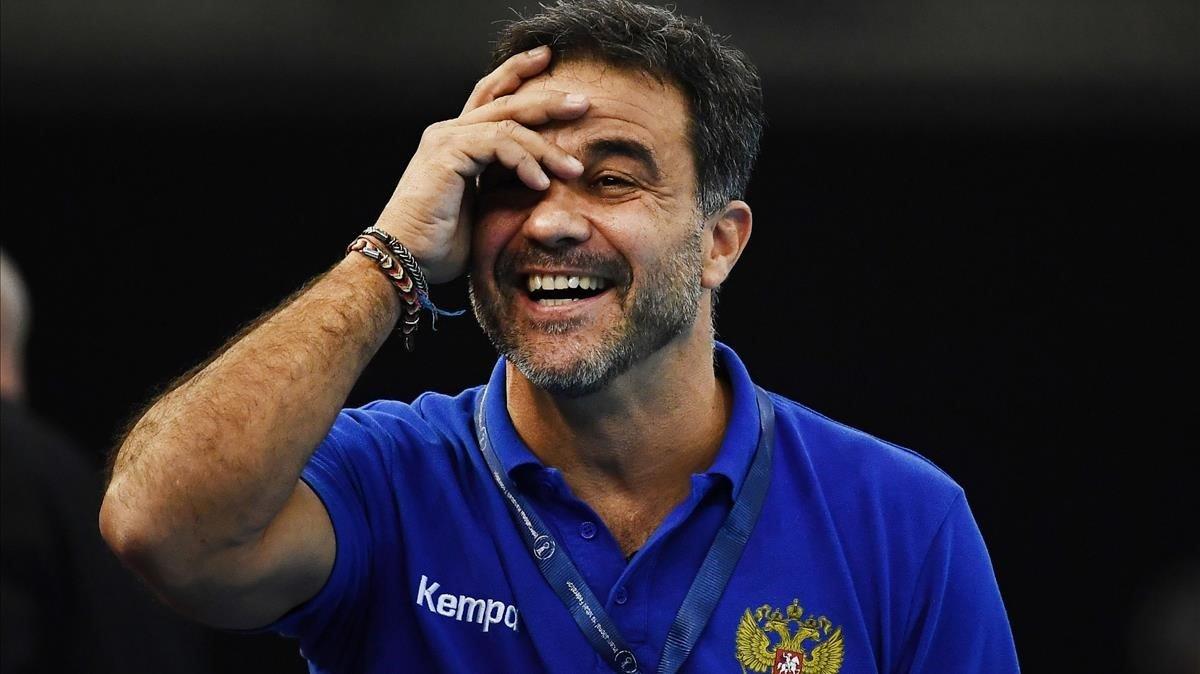 Ambros Martín celebra un triunfo de Rusia en el Mundial de balonmano de Japón.