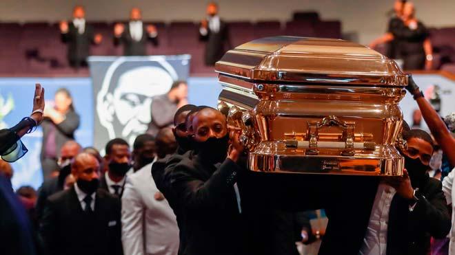 Salida del féretro de George Floyd de la iglesia de Houston tras el funeral.