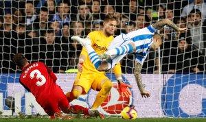 Sandro cae en el área del Sevilla.
