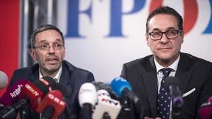 El secretario general del ultra FPO, Herbert Kicki, y el líder del partido, Heinz-Christian Strache, en una rueda de prensa, este martes 24 de octubre.