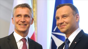 El secretario general de la OTAN, Jens Stoltenberg, izquierda, junto al presidente de Polonia, Andrzej Duda.