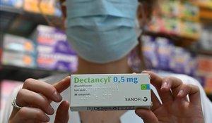Una farmacéutica de París muestra una caja que contiene la sustancia de venta al público.