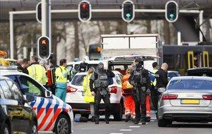 Servicios de emergencia en el lugar donde se ha producido el tiroteo, en Utrecht.
