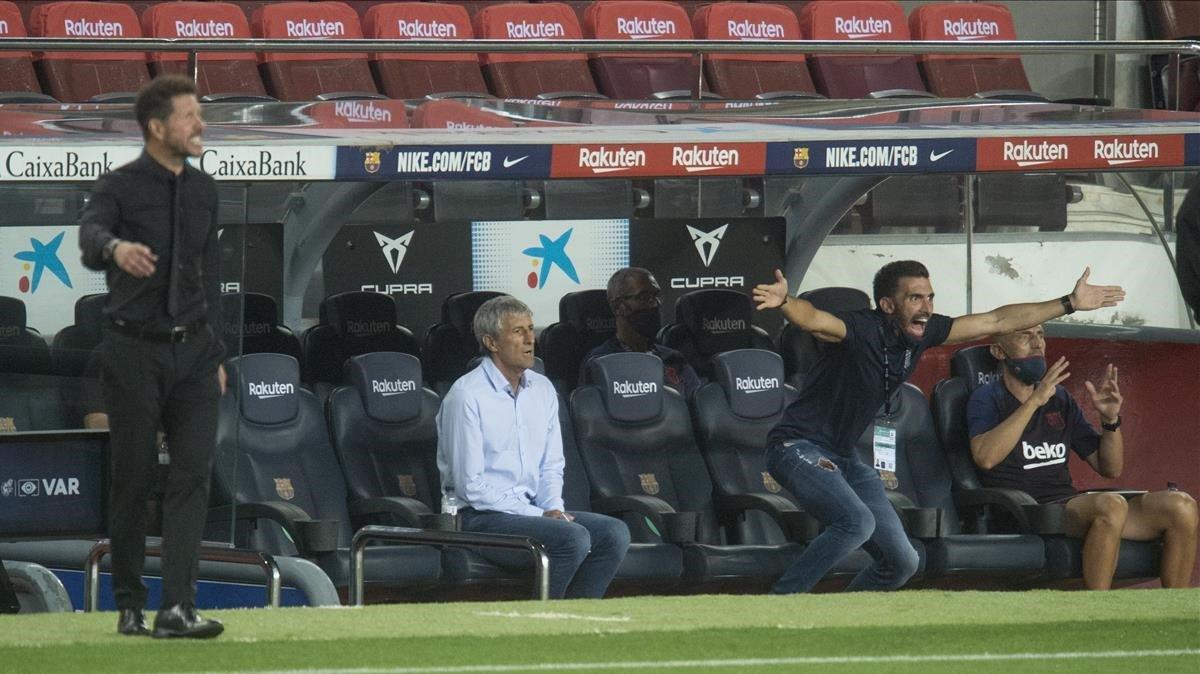 Setién y un vehemente Sarabia, en el banquillo ante el Atlético.