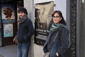 Sílvia Munt con el cartel del documental 'La granja del pas'