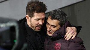 Simeone y Valverde se abrazan antes del Atlético-Barça en el Metropolitano.