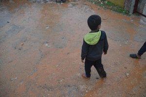 Un niño deambula descalzo por uno de los campamentos de refugiados.