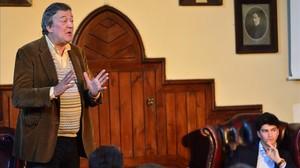 El actorStephen Fry, durante una intervención sobre salud mental, el pasado abril, en Cambridge.