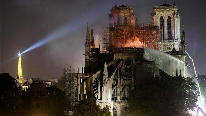 Tareas de extinción del incendio en la catedral de Notre Dame.