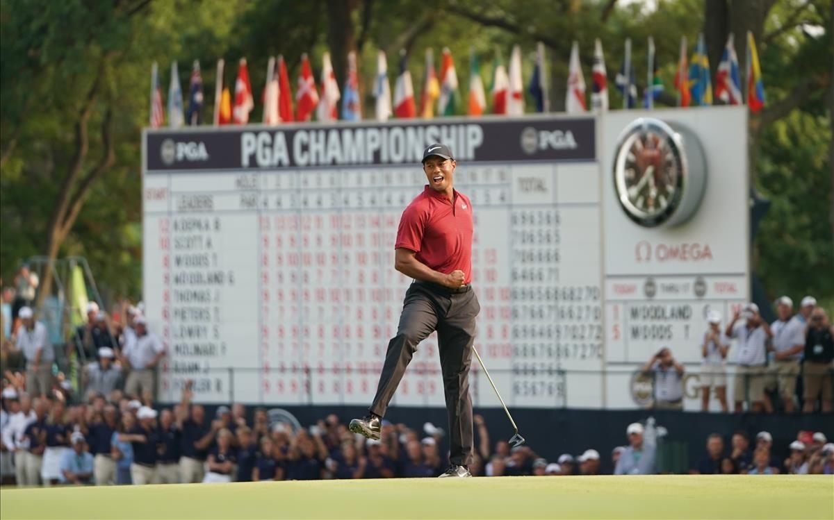 Tiger Woods celebra con rabia su putt en el hoyo 18 de la última vuelta en el PGA