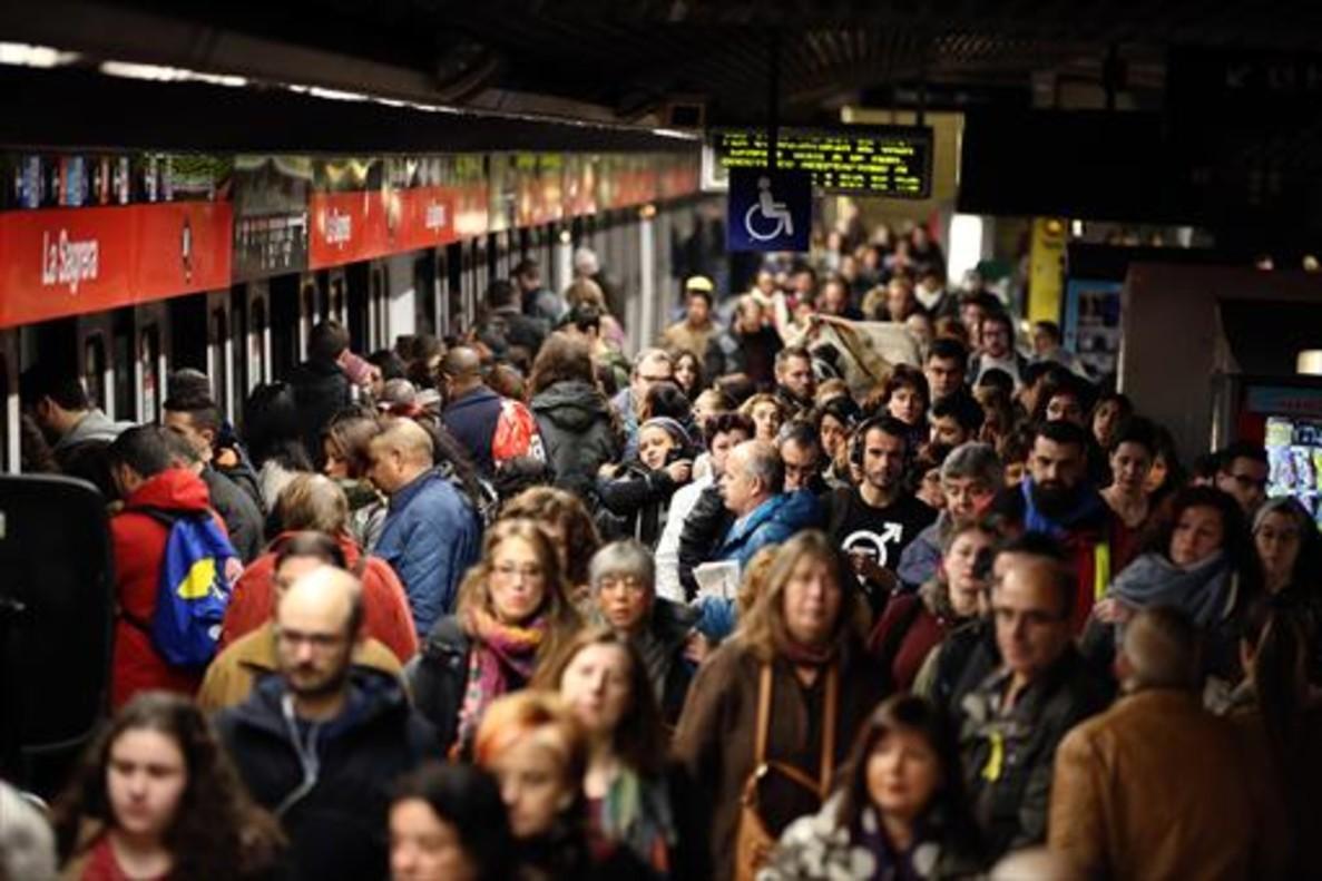 Aglomeraciones en la estación de metro de La Sagrera.