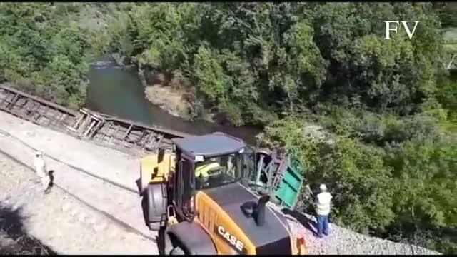Adif investiga la caiguda de dos vagons del tren descarrilat a Carballeda al costat del riu Sil
