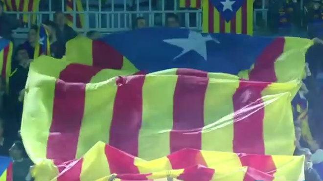 Una gran estelada sha colat en lanunci de la UEFA del Barça-Roma.