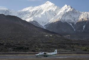 Una avioneta de Tara Airlines durante su aterrizaje en el aeropuerto Jomsom en Katmandú (Nepal).
