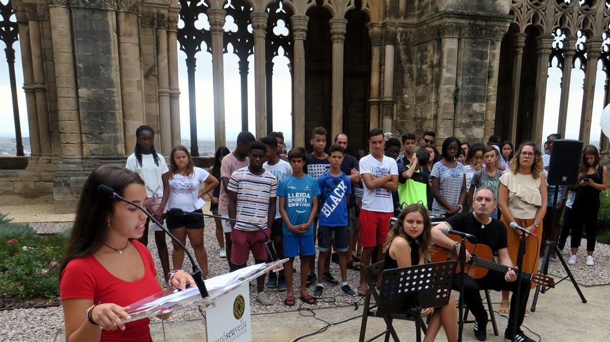 Una niña explica cómo vivió el atentado de Cambrils, en el acto de homenaje en la Seu Vella de Lleida, este viernes, 17 de agosto.