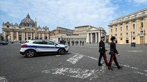 Una pareja de policías patrulla por la plaza del papa Pío XII de Roma.