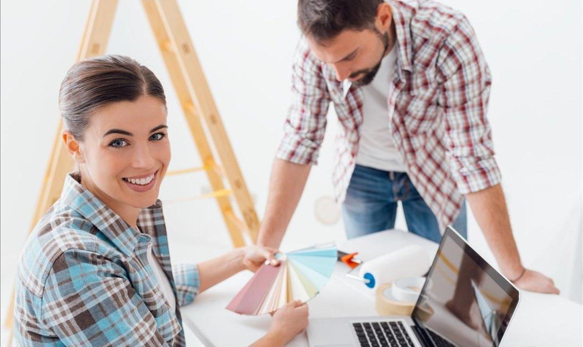 Una pareja realiza un diseño y escoge los colores.