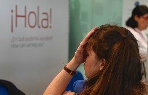Una pasajera, en el mostrador de atención al cliente del aeropuerto de El Prat.