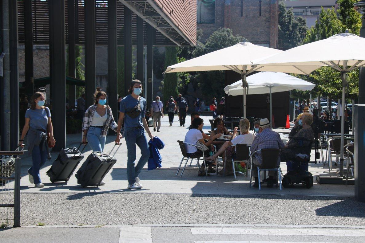 Una terraza en una céntrica calle de Figueres, este sábado.