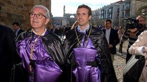 Pablo Casado, vestido de nazareno, se dispone a participar en la Procesión de los Estudiantes de Ávila, este sábado.