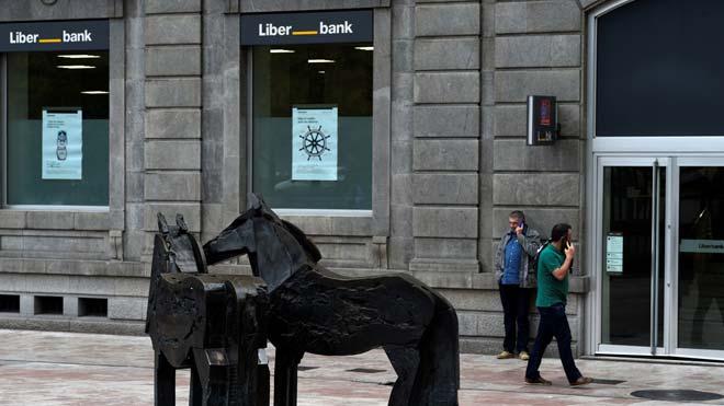 Unicaja confirma contactos preliminares con Liberbank para una posible fusión. En la foto, una oficina de Liberbank en Oviedo.