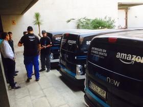 Vehículos de Amazon, a punto para el reparto.