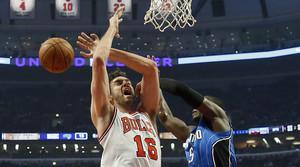 Victor Oladipo frustra una canasta de Pau Gasol, durante el partido entre los Bulls y los Magic disputado en Chicago.