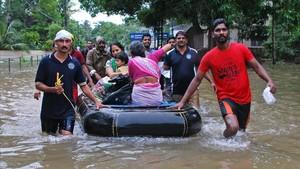 Voluntarios ayudan a evacuar a vecinos de las zonas inundadas en Kozhikode.