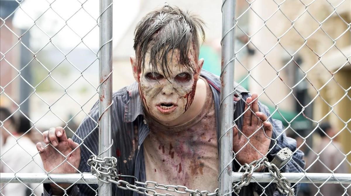 Un actor caracterizado como zombie en el parque temático de la Universal The walking dead.