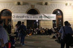 Pancarta en las protestas de Sabadell que llama a la desobediencia de la sentencia por parte del Govern, lunes 28 de septiembre
