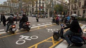Zona avanzada para motos en el Eixample.