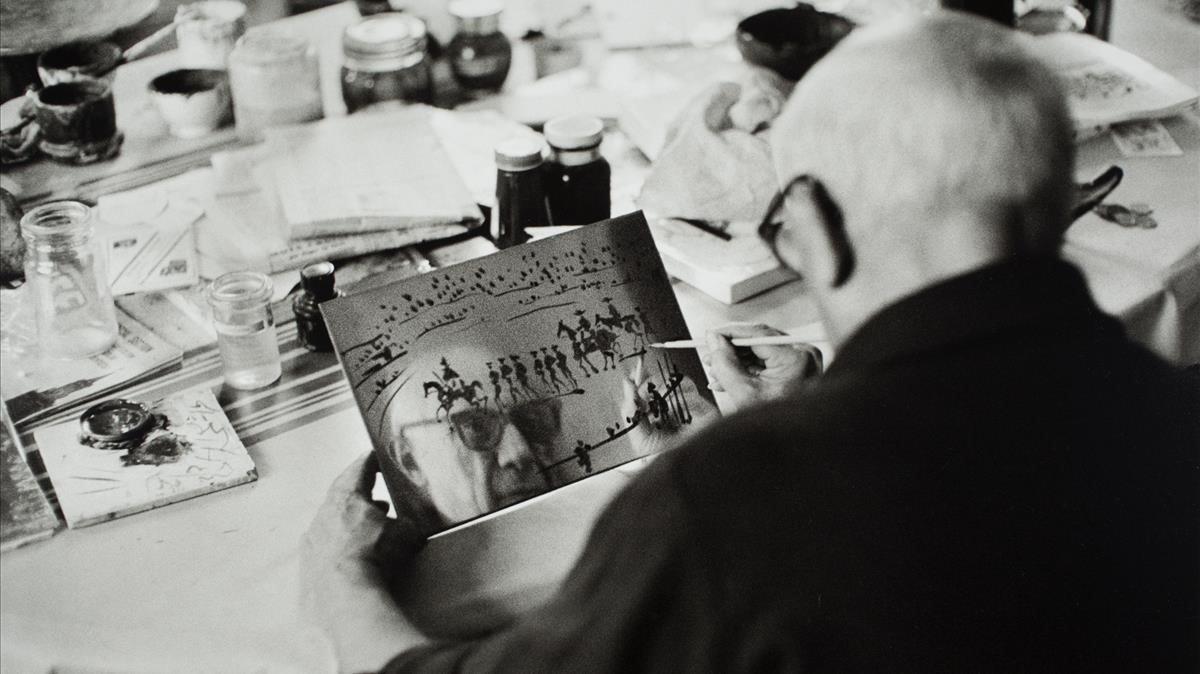 Picasso en su taller de La Californie, en 1957.