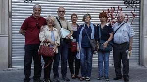 Familiares de ancianos denuncian a cinco residencias de la ciudad de Barcelona, el lunes.