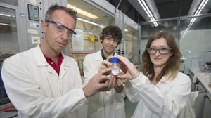 Los investigadoresArjanKleij, Àlex Cristofol y Nicole Kindermann, en su laboratorio del ICIQ de Tarragona.