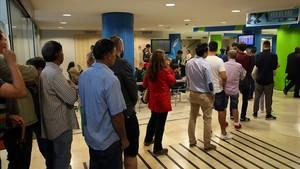 Un grupo de personas hacen cola en una oficina de Empleo en Barcelona.