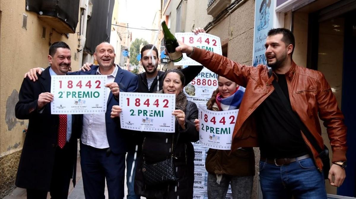 El propietario de la administración de lotería de Sant Andreu de la Barca celebra el premio con algunos vecinos.