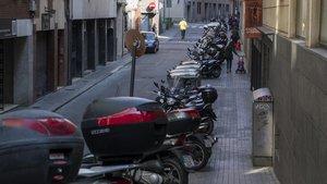 La calle de Francolí de Barcelona, atestada de motos que no deberían aparcar en la acera