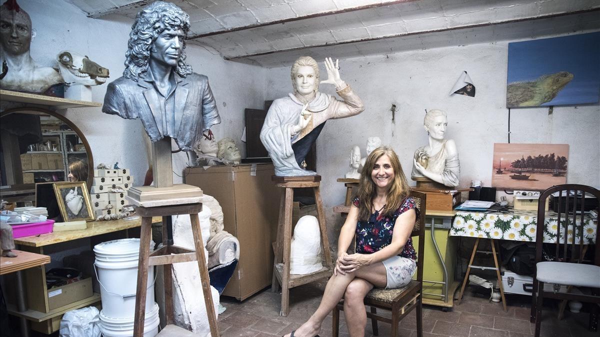 Susana Ruiz posa en su taller junto al busto terminado de Camarón.