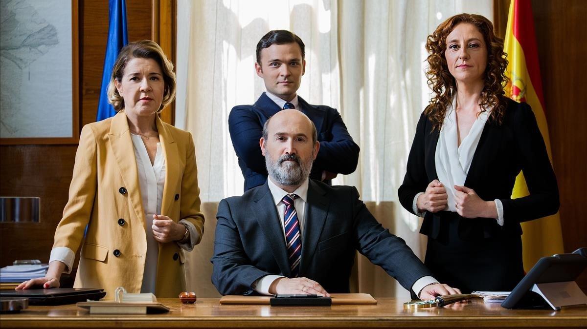 María Pujalte, Javier Cámara (sentado), Adam Jezierskiy Carmen Müller, protagonistas de 'Vota Juan'.