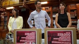 La ministra Dolores Delgado, el exciclista Alberto Contador y Anna González, con la firmas de apoyo a la campaña #PorUnaLeyJusta, el pasado agosto.