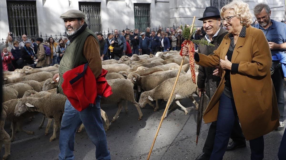 La alcaldesa de Madrid, Manuela Carmena, con los pastores y el rebaño de ovejas merinas trashumantes. JAVIER LIZÓN (EFE).