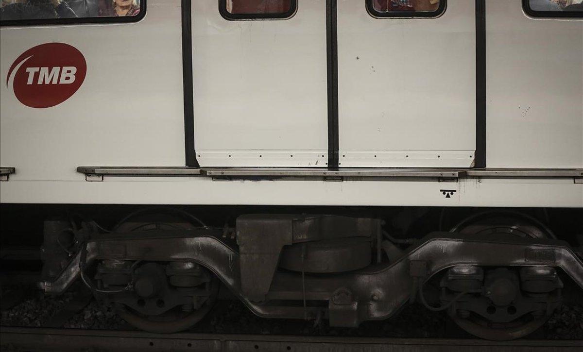 Bajos de un convoy de la L-1 del metro de Barcelona inspeccionado.