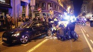 Un conductor de VTC es atendido de un ataque de ansiedad después de que un grupo de taxistas rompieran los cristales de su coche.