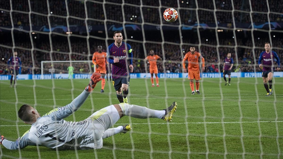 Messi marca de penalti, en la Champions, ante el Olympique de Marsella.