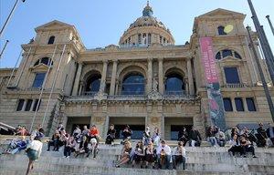 Visitantes ante el edificio del MNAC,en Barcelona.