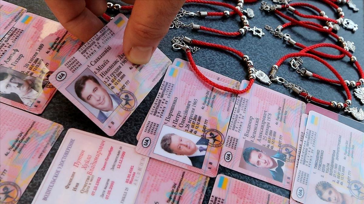 Falsos carnets de conducir de los candidatos presidenciales Tymoshenko, Poroshenko y Zelenskiy que se venden en el centro de Kiev (Ucrania).