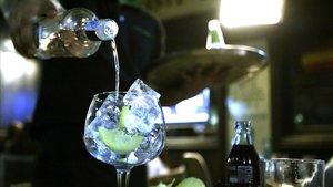 Un camarero sirve unabebida alcohólica