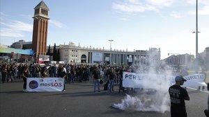 Protesta de los Mossos dEsquadra en la plaza de Espanya de Barcelona, este martes.