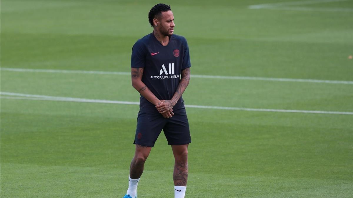 Neymar durante un entrenamiento con el PSG.
